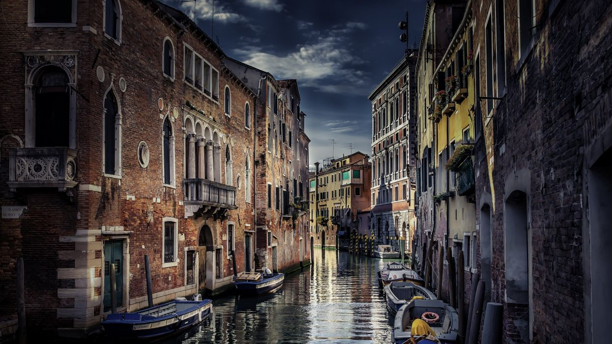 Venice canal boat building wallpaper