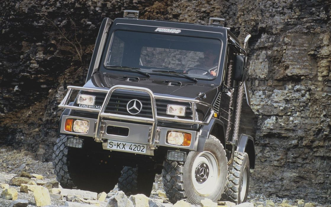 Mercedes-Benz-Unimog-front-drivers-side-view wallpaper