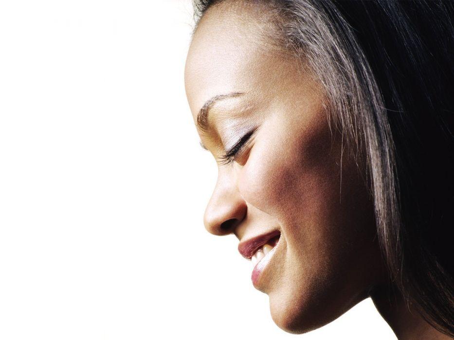 Zoe Saldana smiling wallpaper