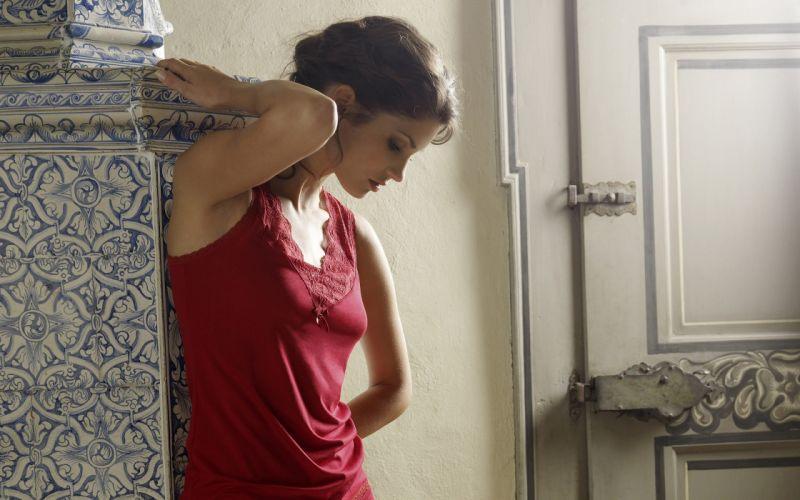 girl model wallpaper posing door brunette wallpaper