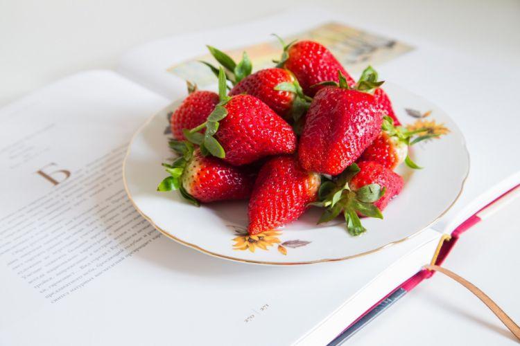 strawberries berries red plate book bokeh wallpaper