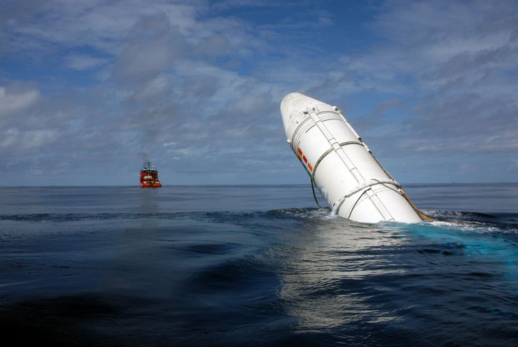 Recovering an Ariane booster at sea 2980x2000 wallpaper