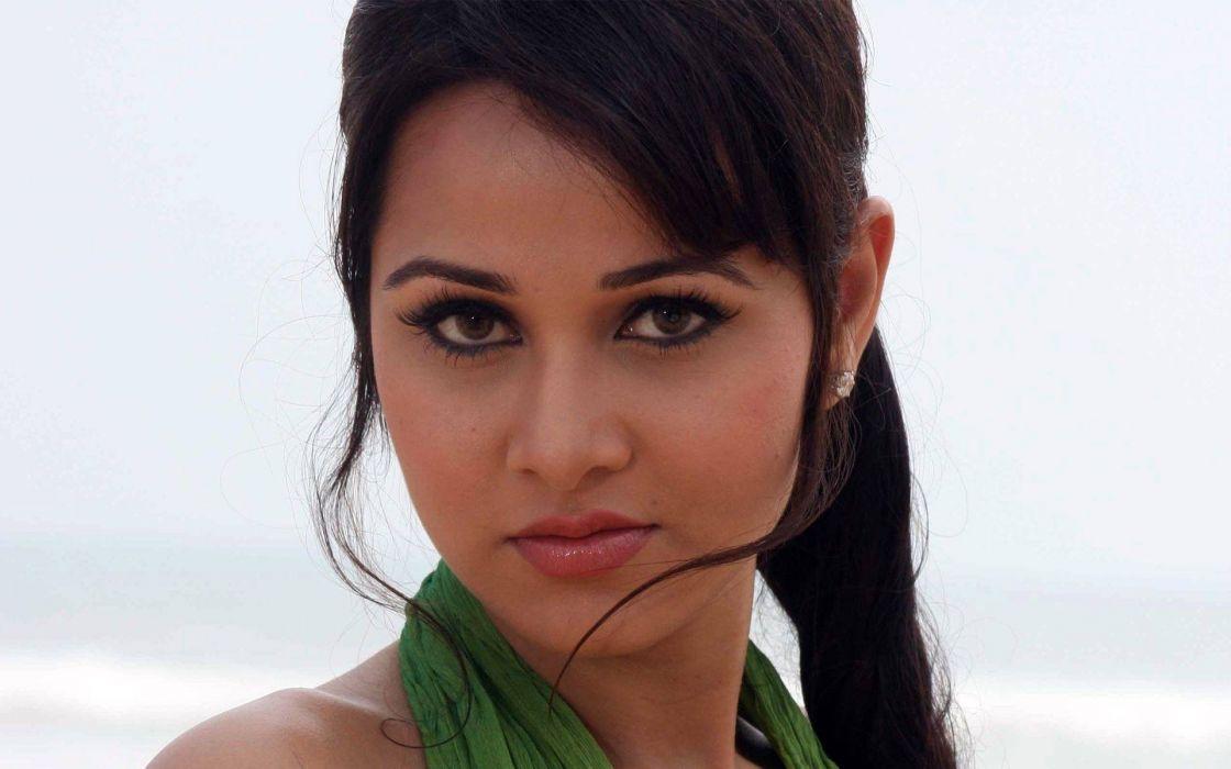 NISHA KOTHARI indian actress bollywood model babe (5) wallpaper