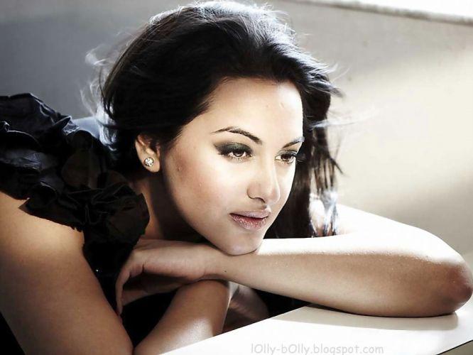 SONAKSHI SINHA indian actress bollywood babe model (62) wallpaper