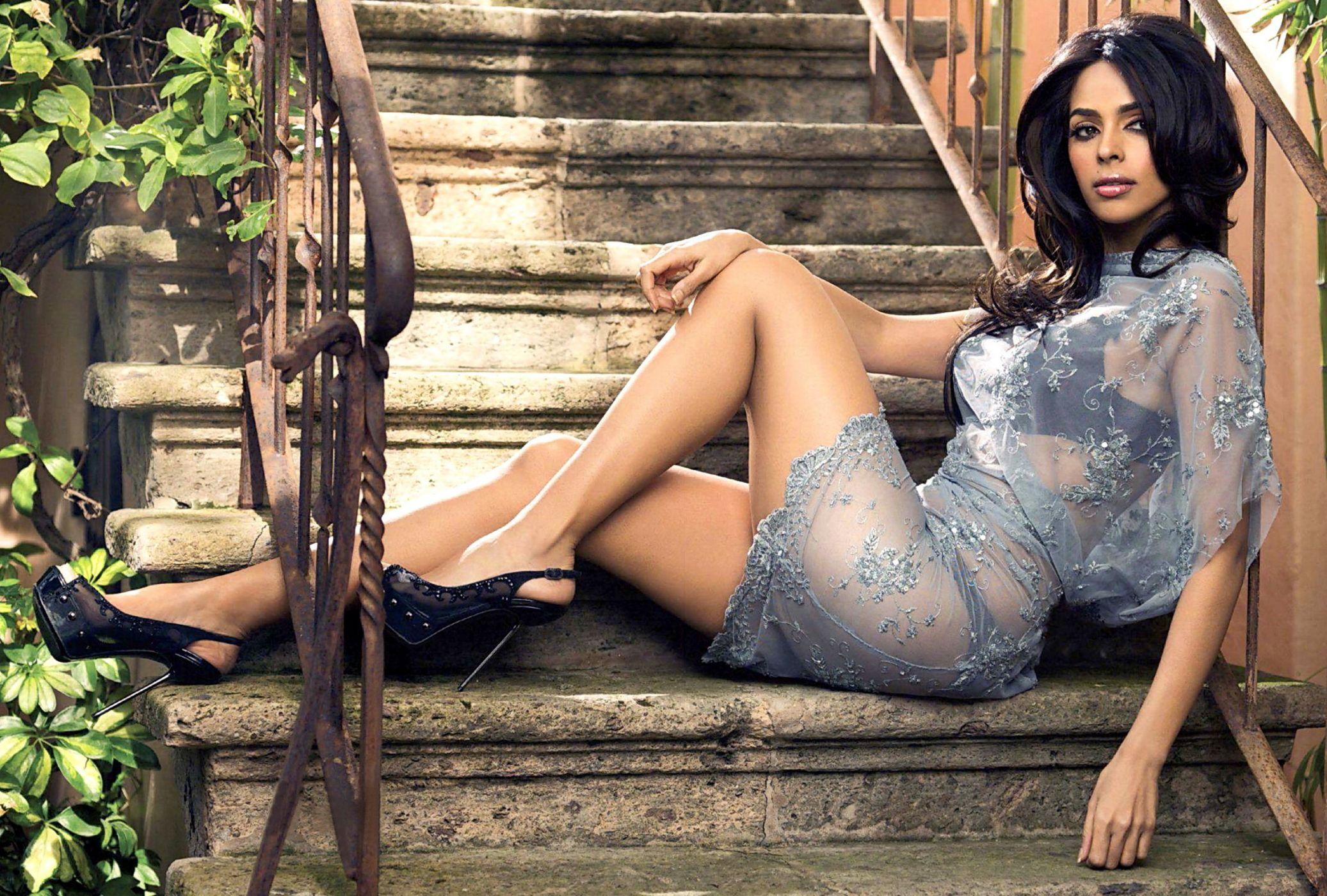 Mallika sherawat nude in saree showing boobs and ass