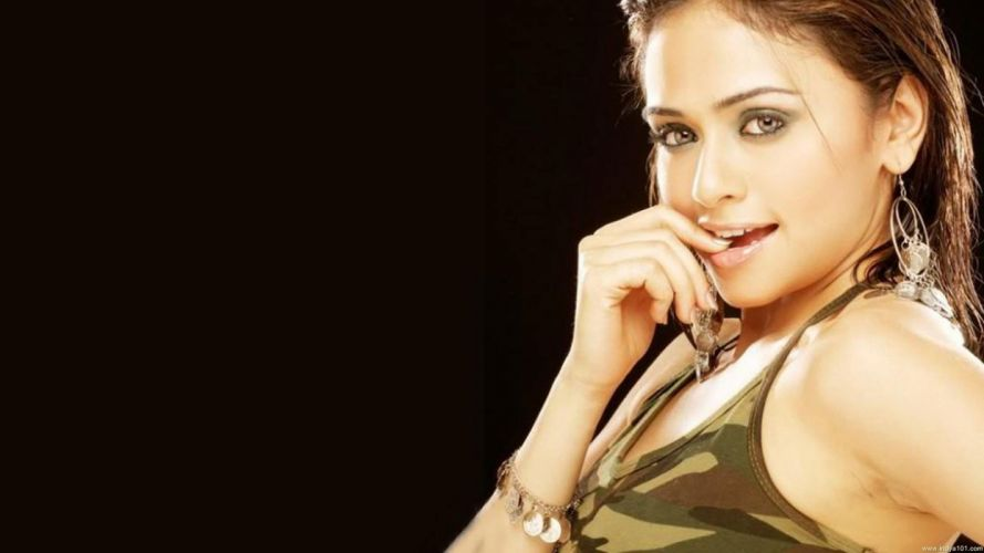 AMRUTA KHANVILKAR bollywood actress model babe (1) wallpaper