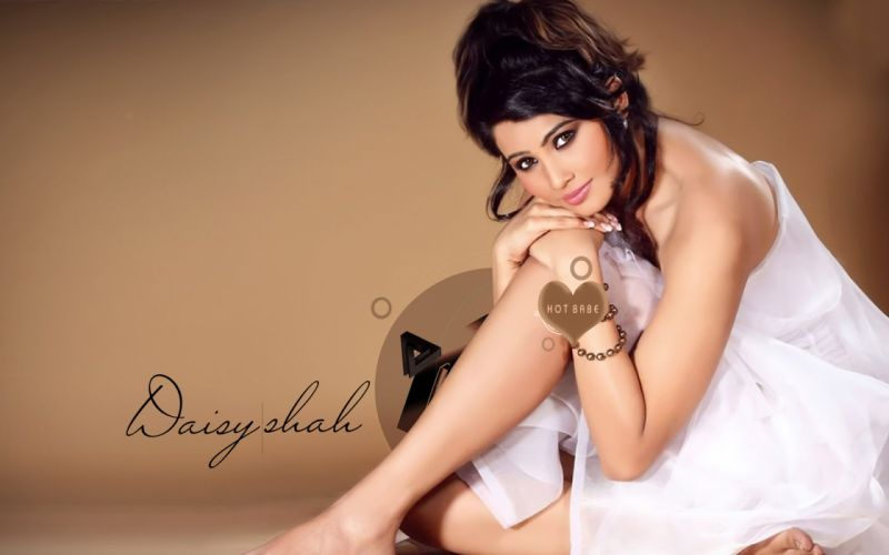 DAISY SHAH bollywood actress model babe (8) wallpaper