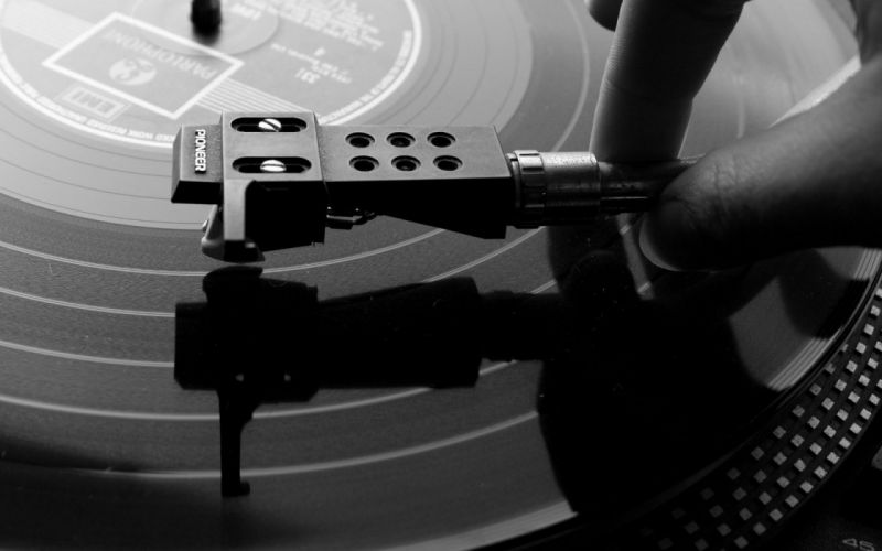 turntable grayscale record player monochrome wallpaper