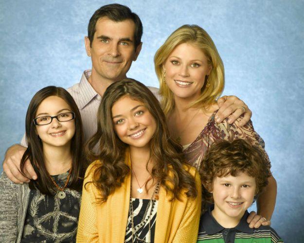 MODERN FAMILY sitcom comedy series (29) wallpaper