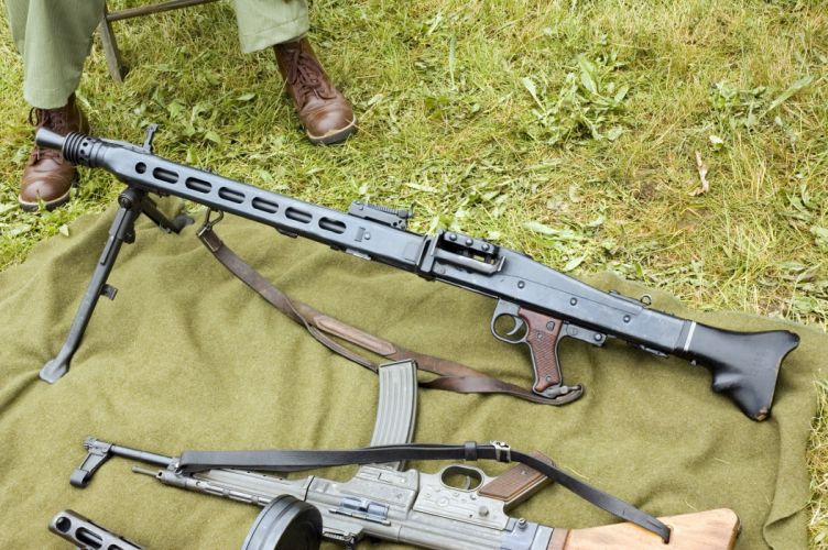 MG42 machine gun weapon military germany ww2 wwll (24) wallpaper