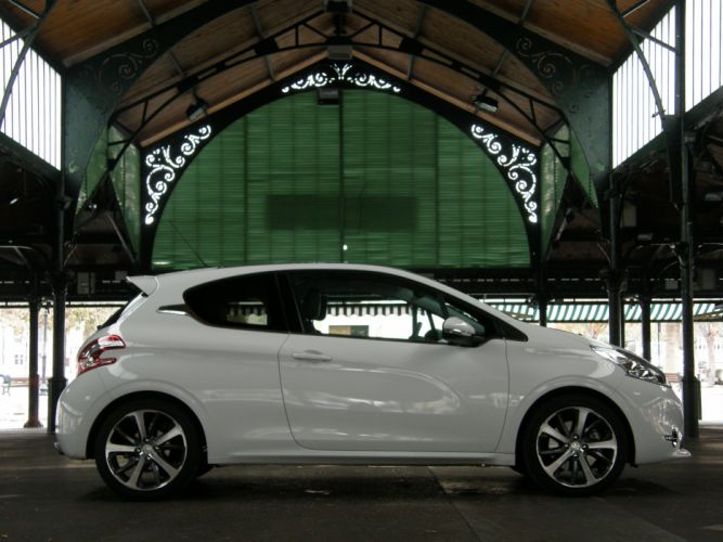 Peugeot-208-THP-155 wallpaper