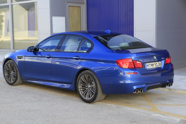 2011-BMW-M5-F10 wallpaper