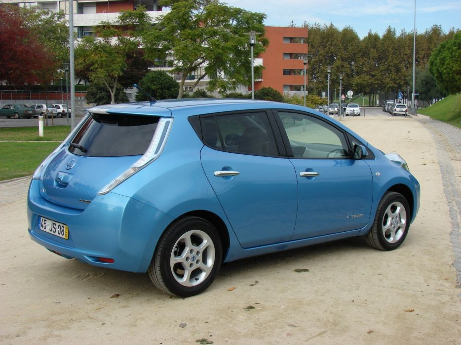 2010-Nissan-LEAF wallpaper