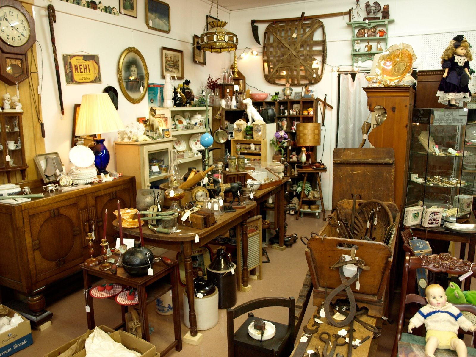 Antique Interior Design: Antique Shop Vintage Design Interior Room Wallpaper