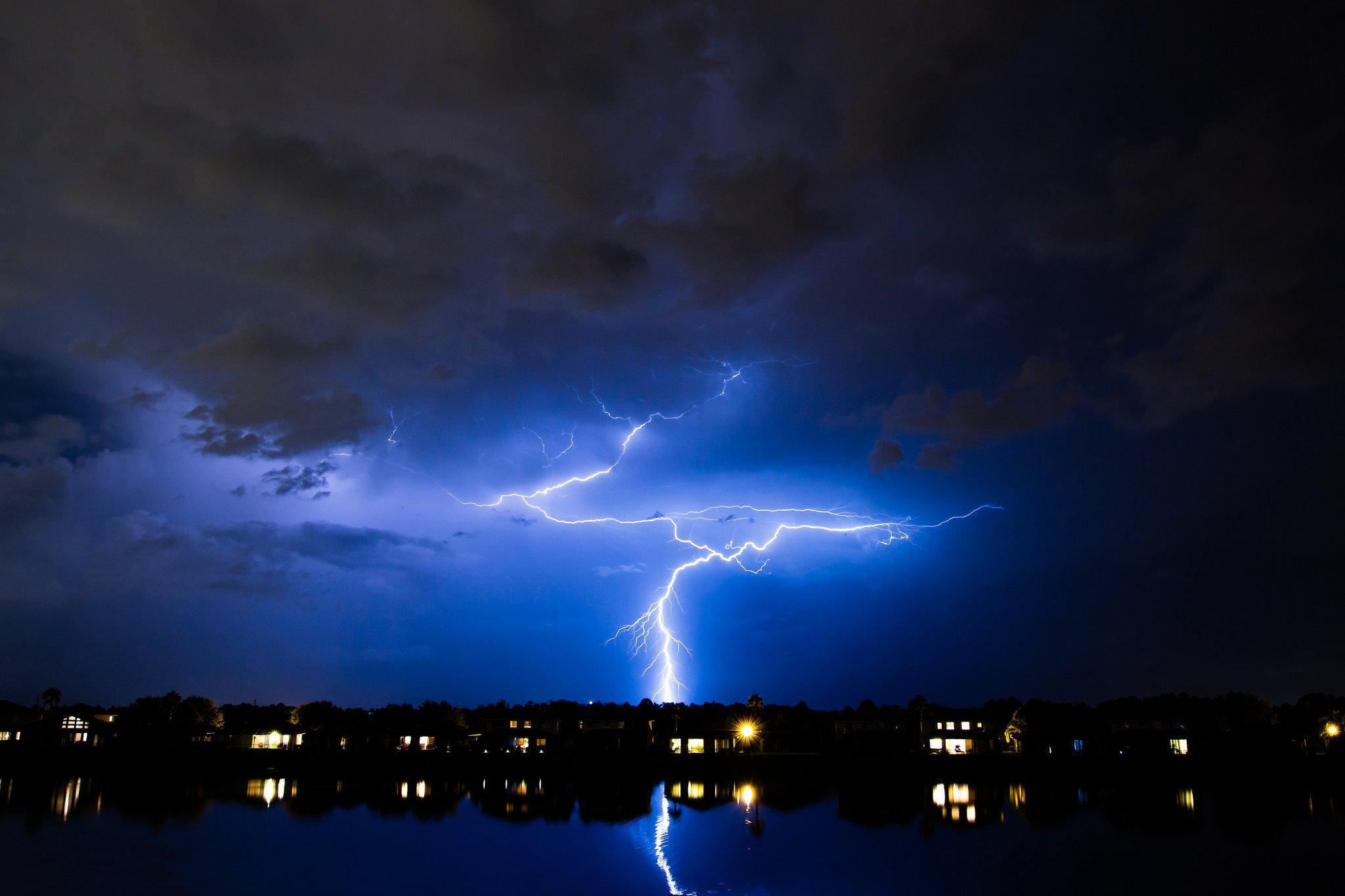 классные фото молния в ночном небе тому невысокая