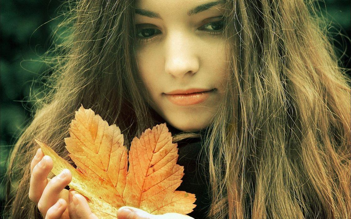 girl autumn leaf look wallpaper