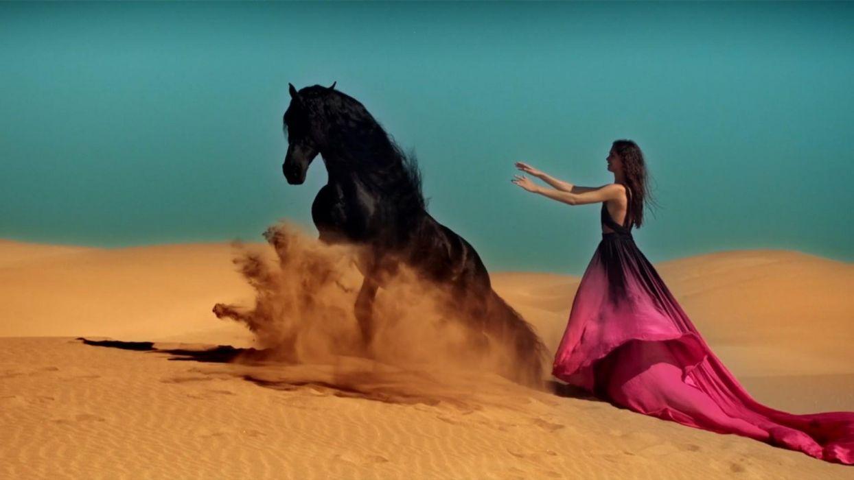 BLACK HORSE - deset woman dress sand wallpaper