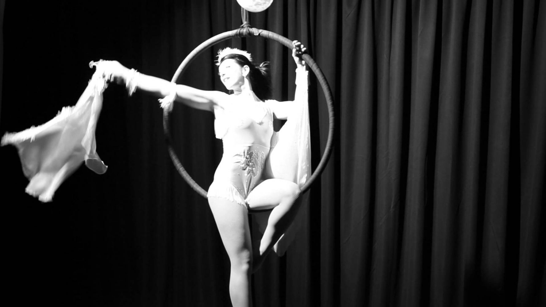 просвечивающие трусики артистки цирка густых