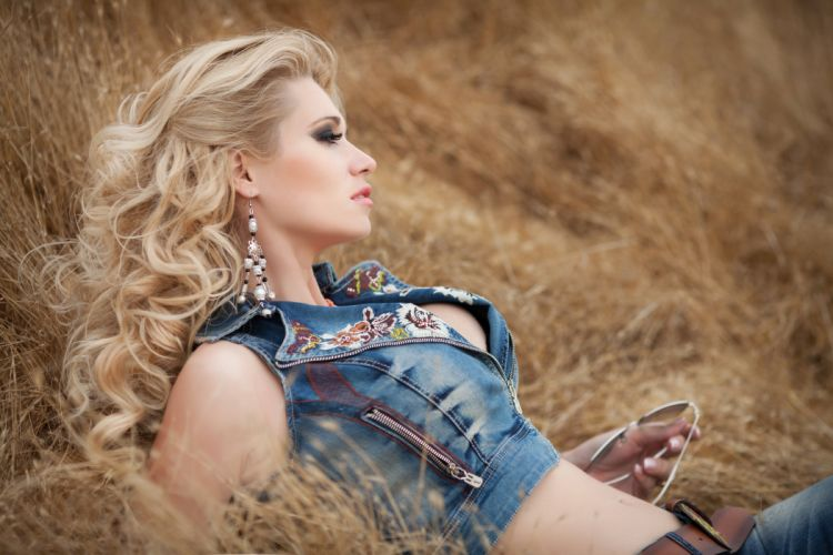 girl blond profile makeup eyelashes eyeshadow jeans glasses barn wallpaper
