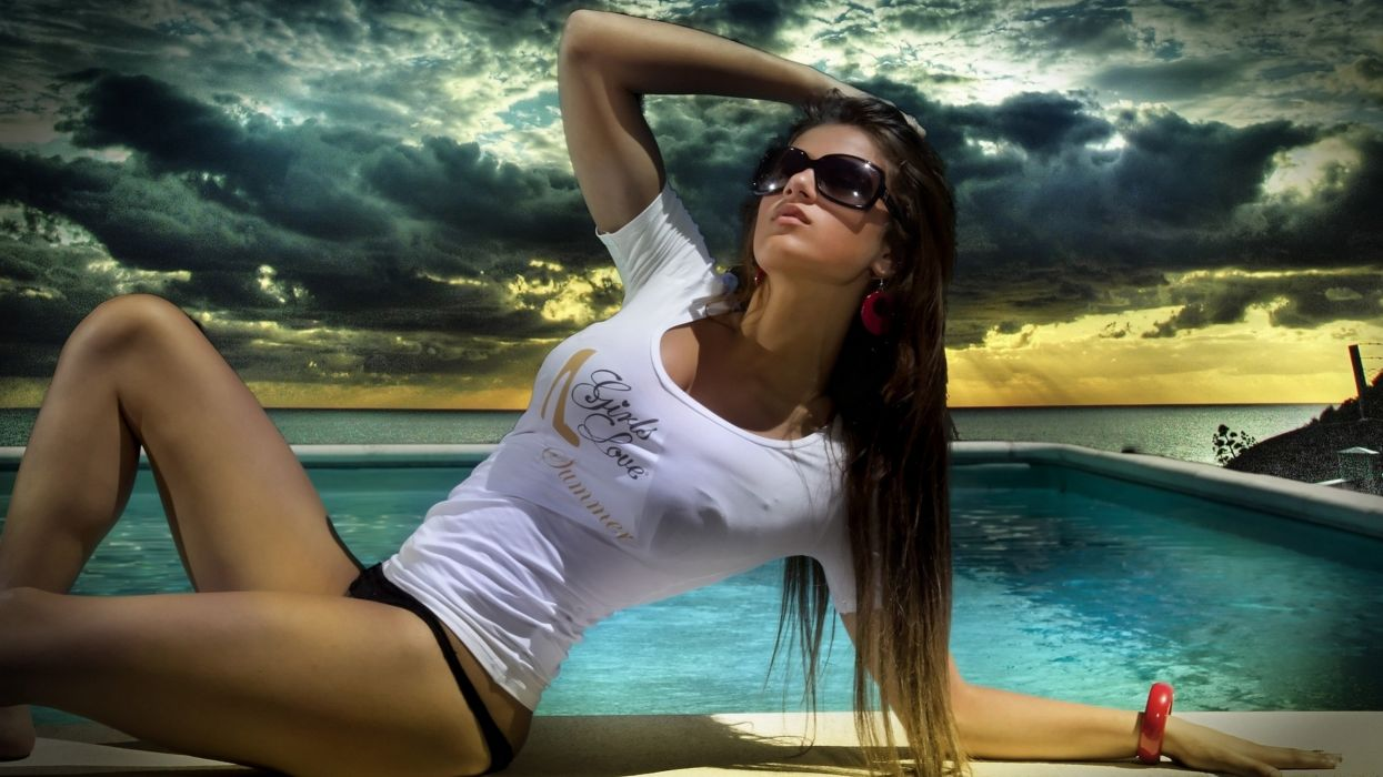 model water pose boobs breasts sexy hot sunglasses wallpaper