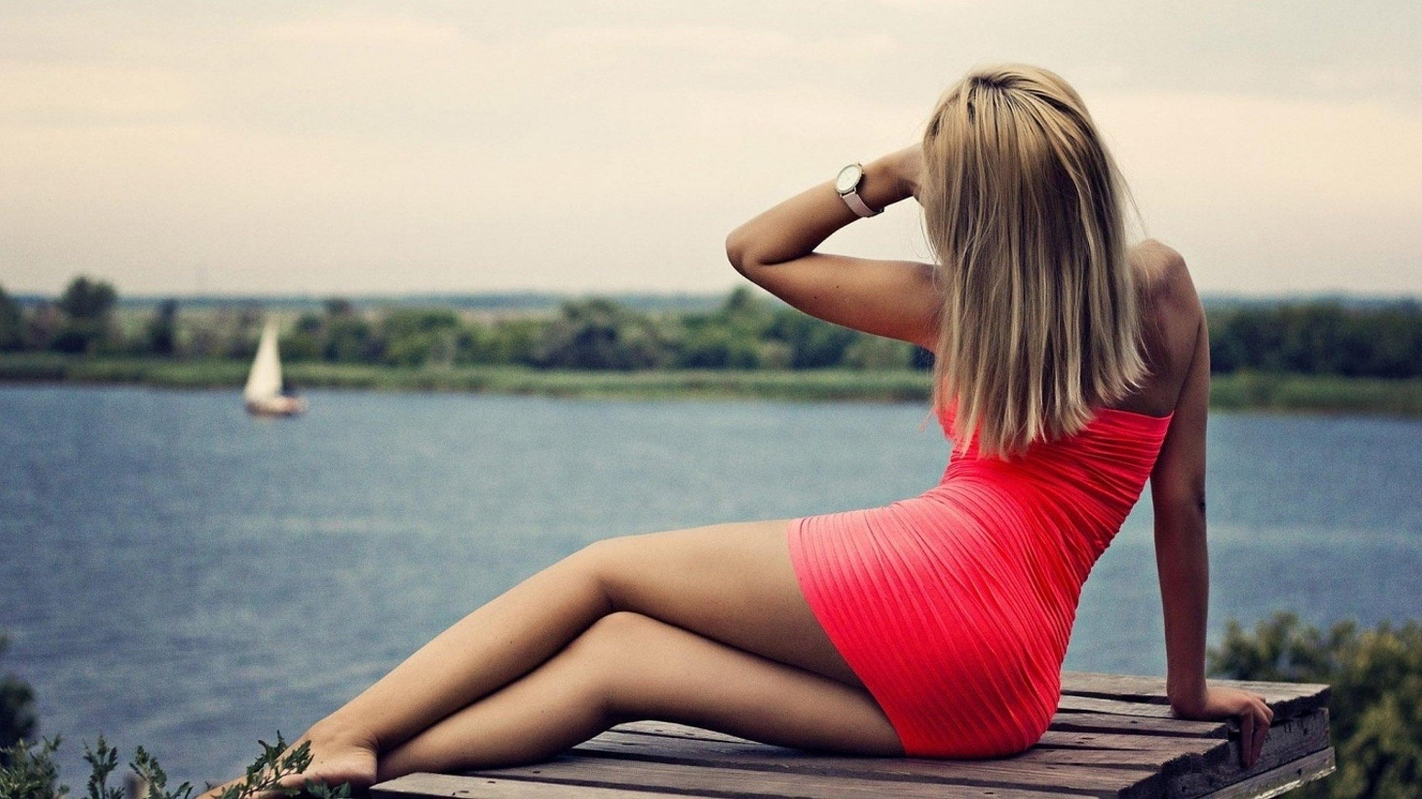 Фото красивой блондинки в платье со спины