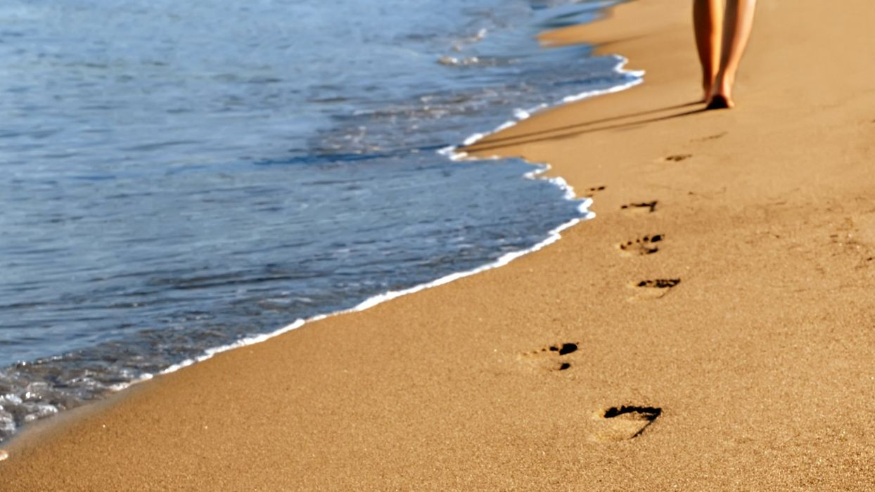 FOOTPRINTS IN THE SAND - sea sand wallpaper