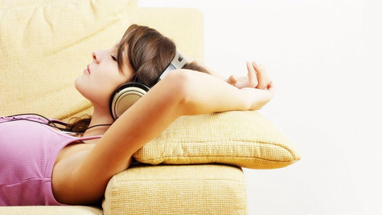 HEADPHONES - girl lying sofa wallpaper