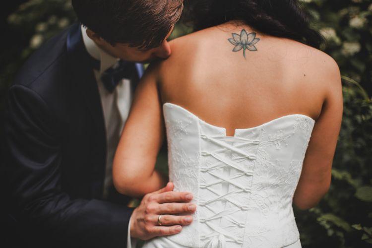 couple bride wedding dress white beauty kiss tattoo wallpaper