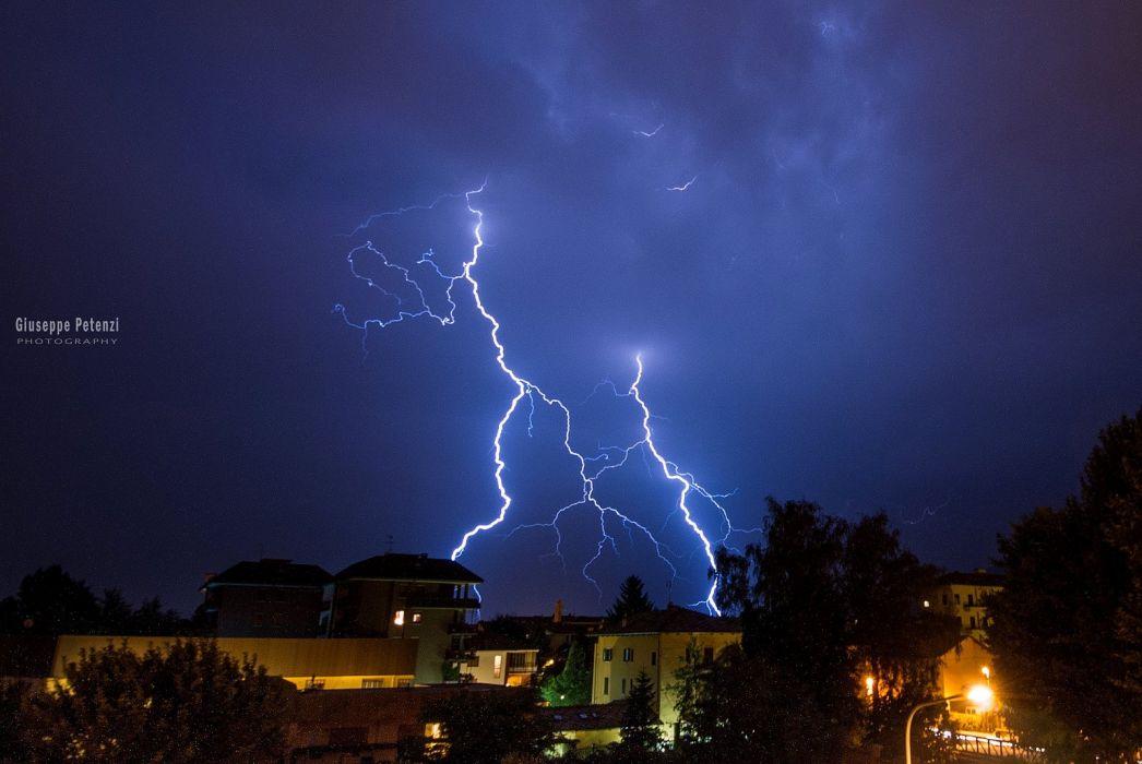 когда смотрят классные фото молния в ночном небе оперный