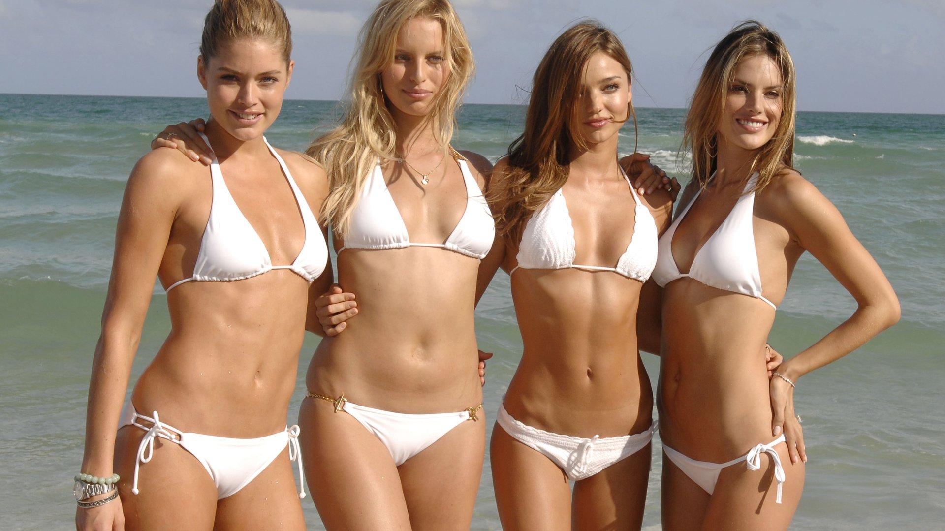 на русские девушки пляже купальниках в