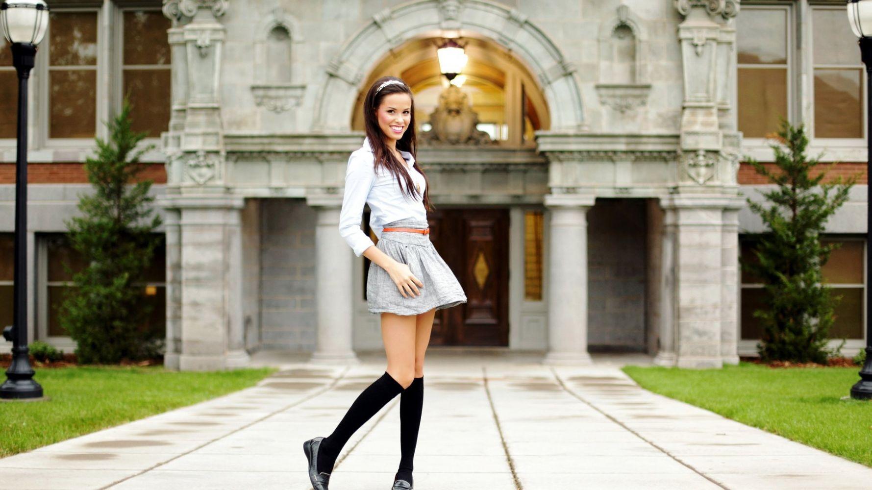 фото девушка в юбке на улице варикозное