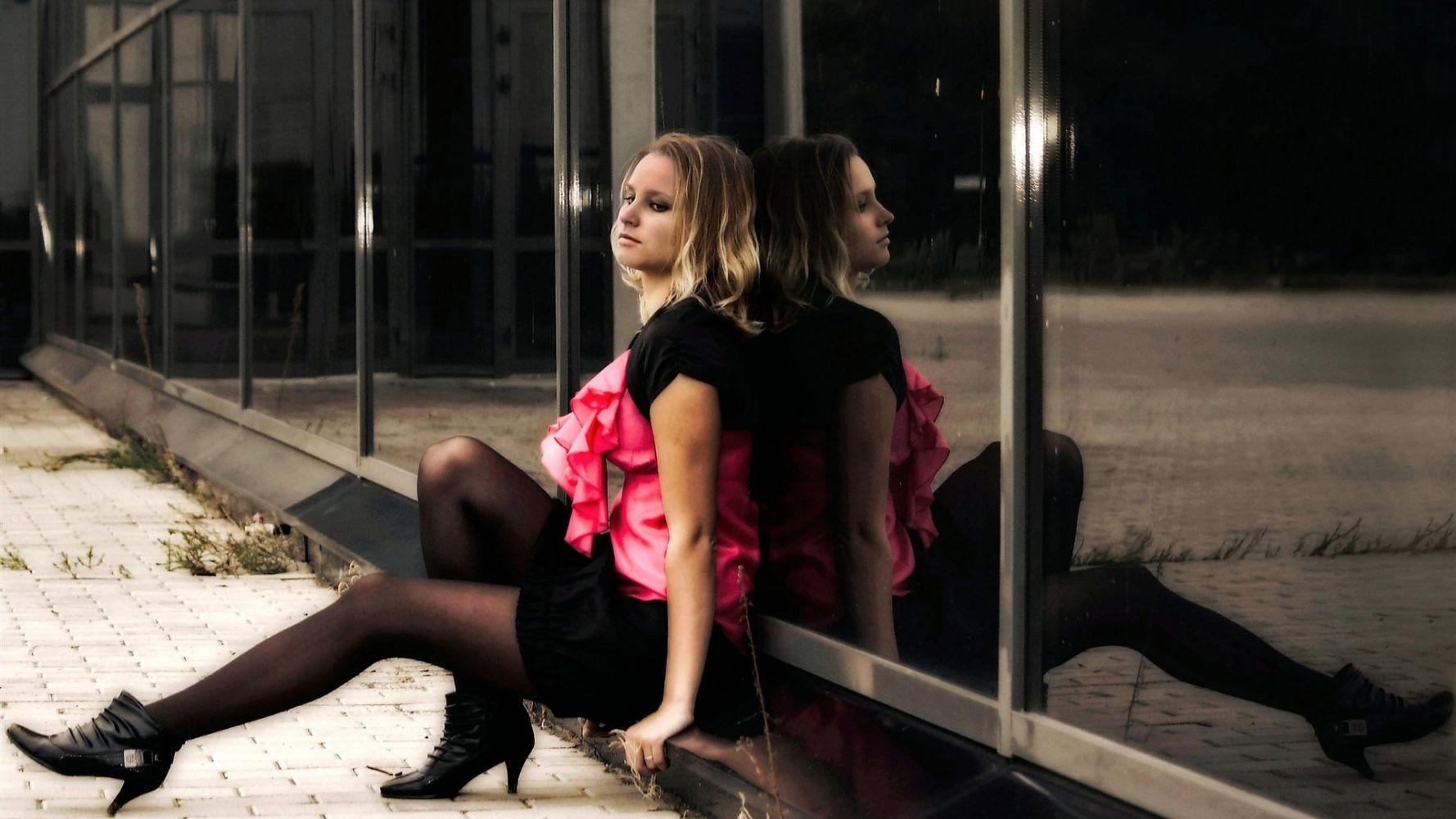 Смотреть фото девушки в платьях и чулках, В чулках. Голые девушки в чулках фото 1 фотография