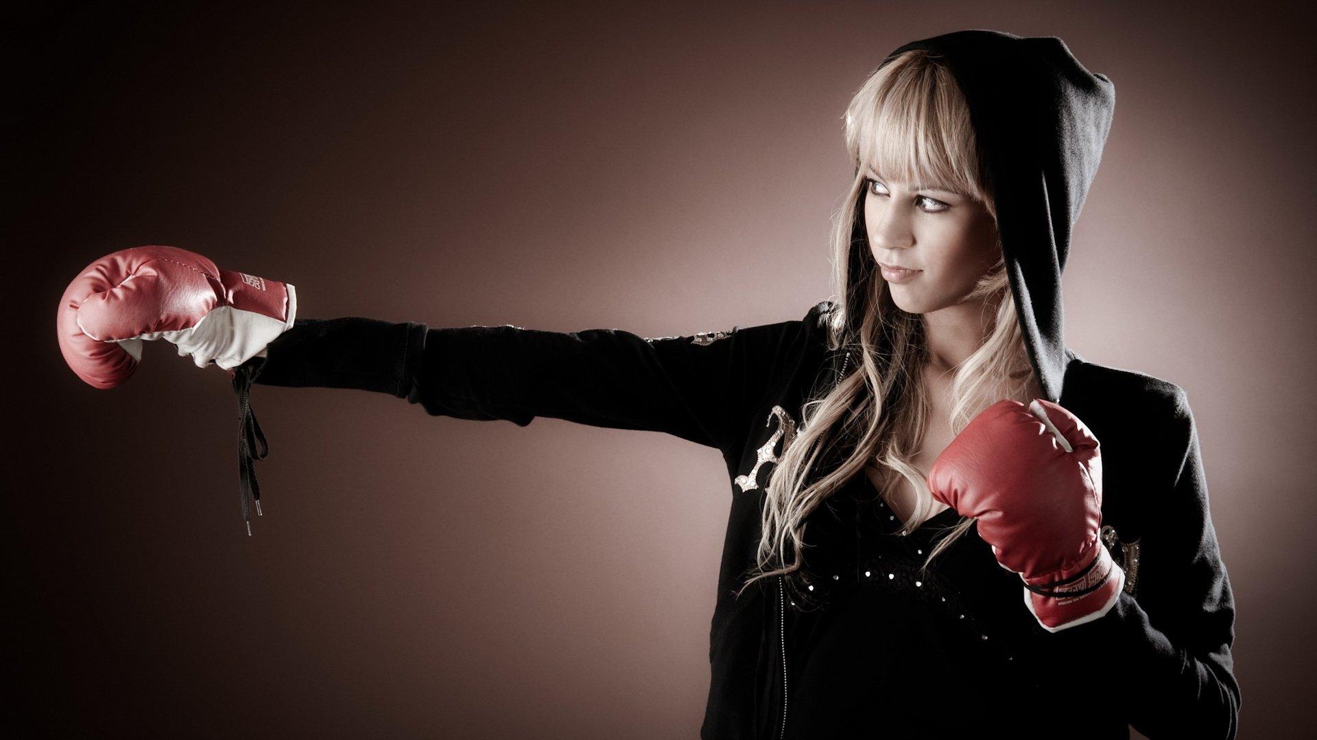 Фотосессия девушки в боксерских перчатках 10 фотография