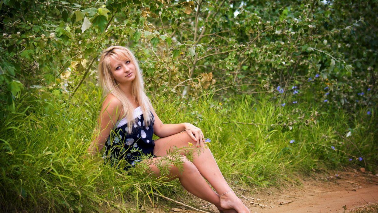 блондинку раком в кустах