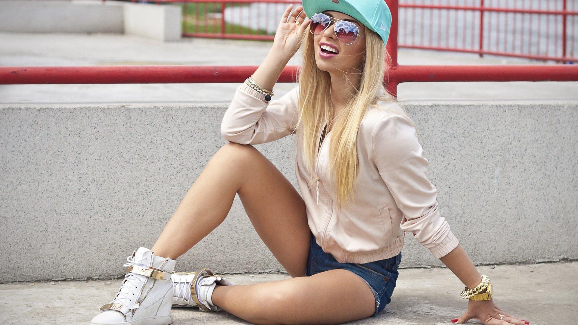 Фото девушки блондинки чках 5 фотография