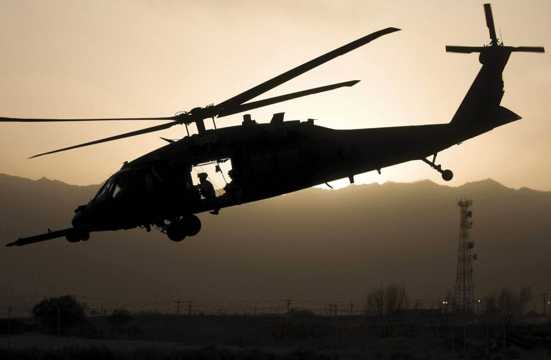 americain-aterissage-helice-helicoptere-noir-et-blanc-sikorsky-uh-60-black-hawk-utilitaire 2100x1373 wallpaper