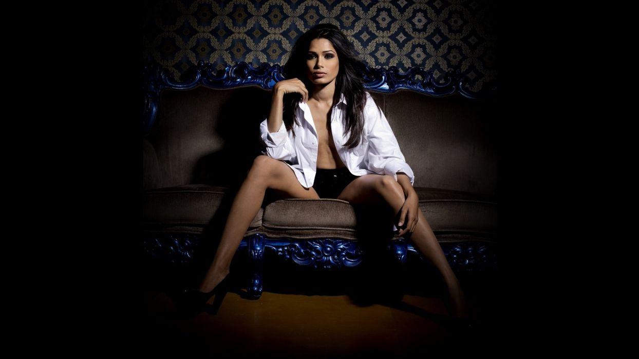 Freida Pinto actress celebrity slumdog millionaire moovie wallpaper