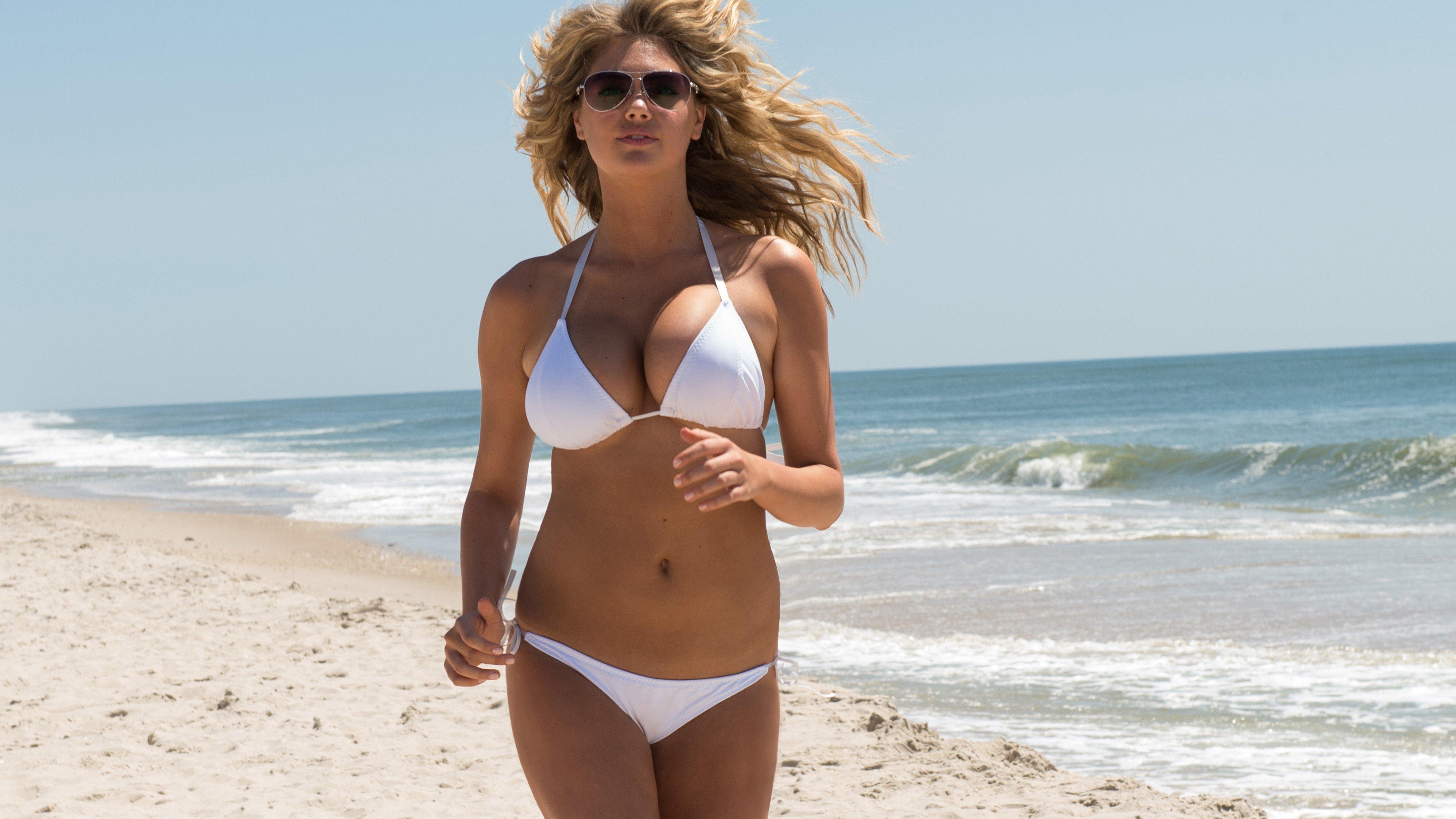 Смотреть девочек на пляже онлайн 16 фотография