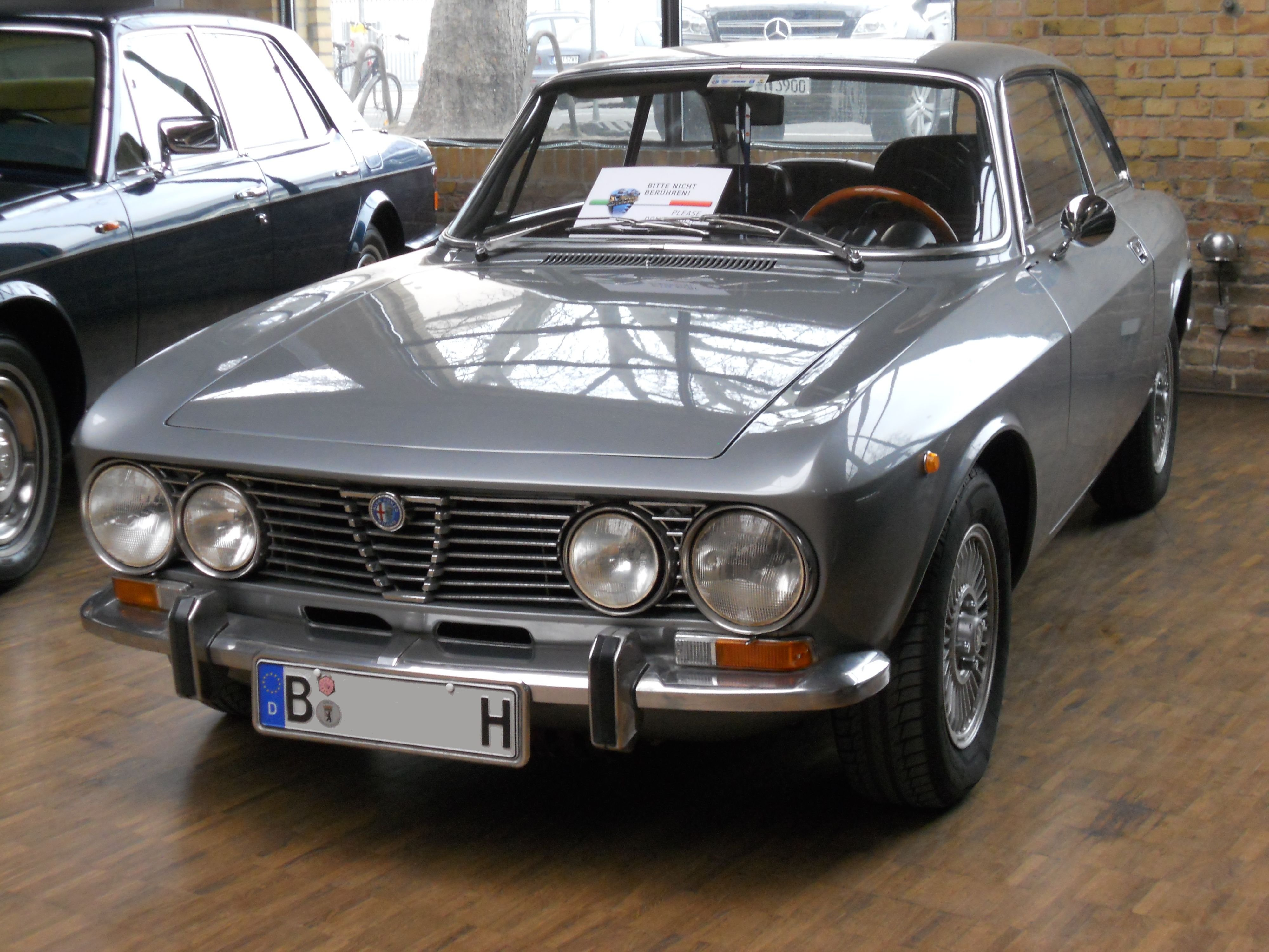 alfa romeo 2000 gtv bertone coupe classic cars 1970. Black Bedroom Furniture Sets. Home Design Ideas