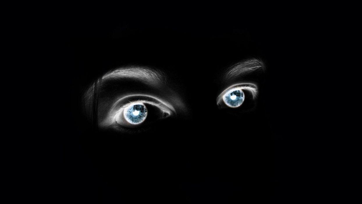 Глаз на черном фоне фото
