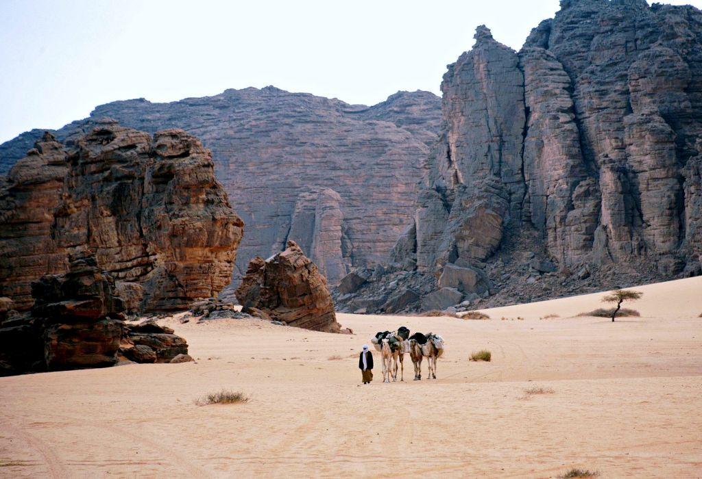 Tassili n'Ajjer Algeria Hoggar djanet Sahara Desert plateau rocks art engravings discovery Tuareg Berber camels mountains caves sand landscape south drawings wallpaper