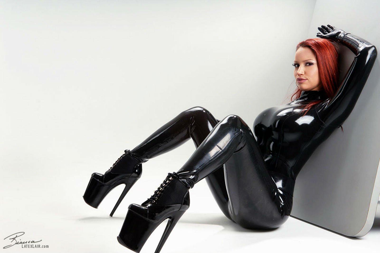 Секс с девушкой в костюме из латекса 2 фотография