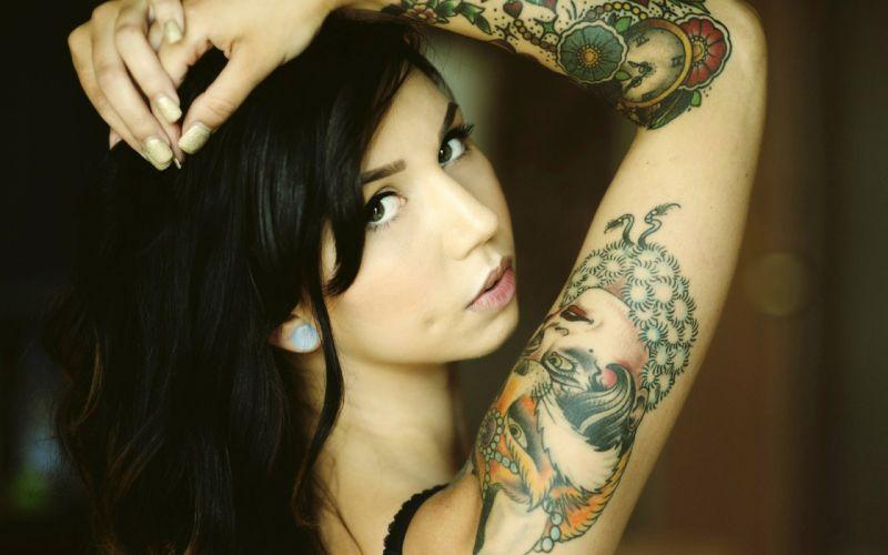 mujer morena brazo tatuado wallpaper