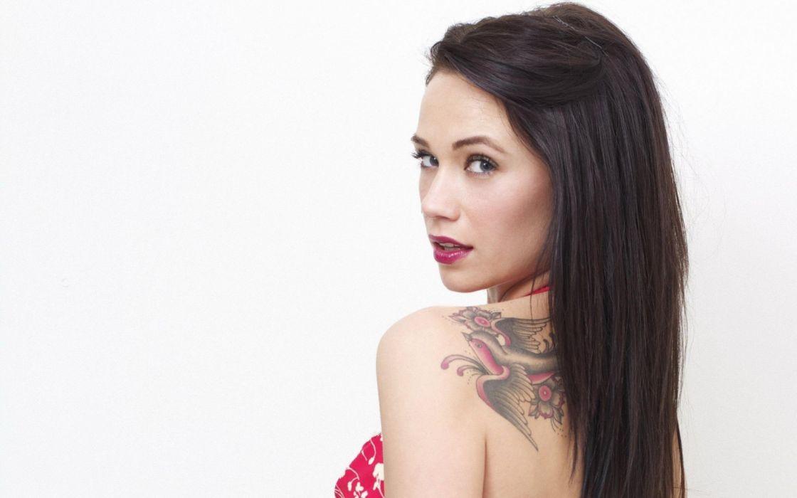 mujer morena tatuada wallpaper