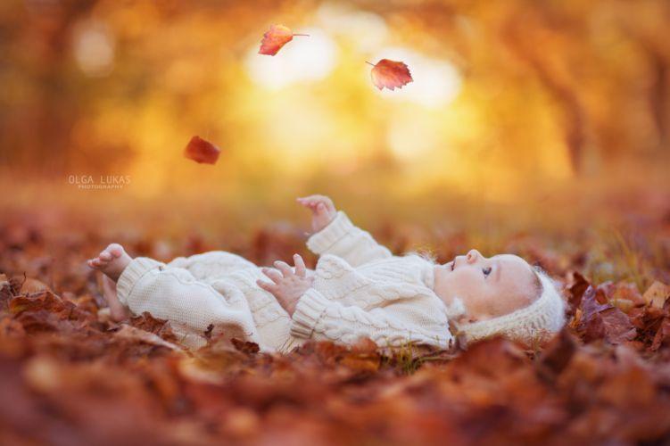 baby cute autumn leaf wallpaper