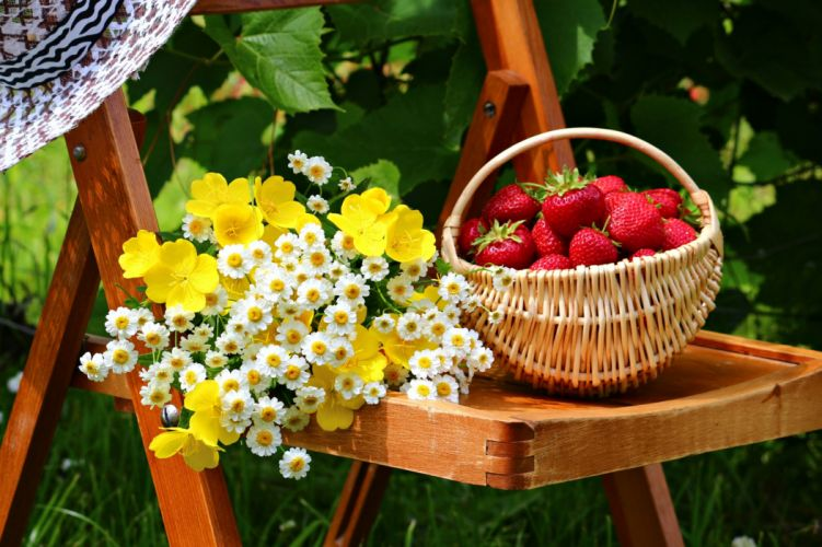 basket flowers table fruits spring Strawberries garden food wallpaper