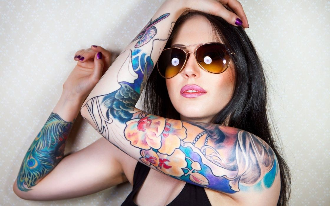 chica morena tatuada gafas wallpaper