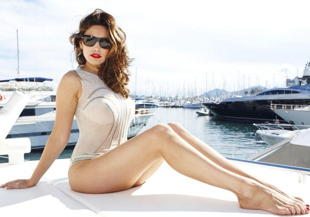 SENSUALITY - Kelly Brook girl blonde legs sunglasses sun yacht wallpaper