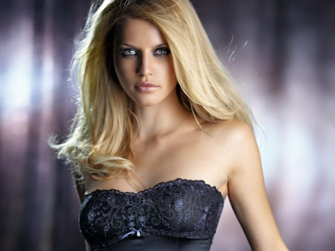 Beautiful-girl face blue eyes wallpaper
