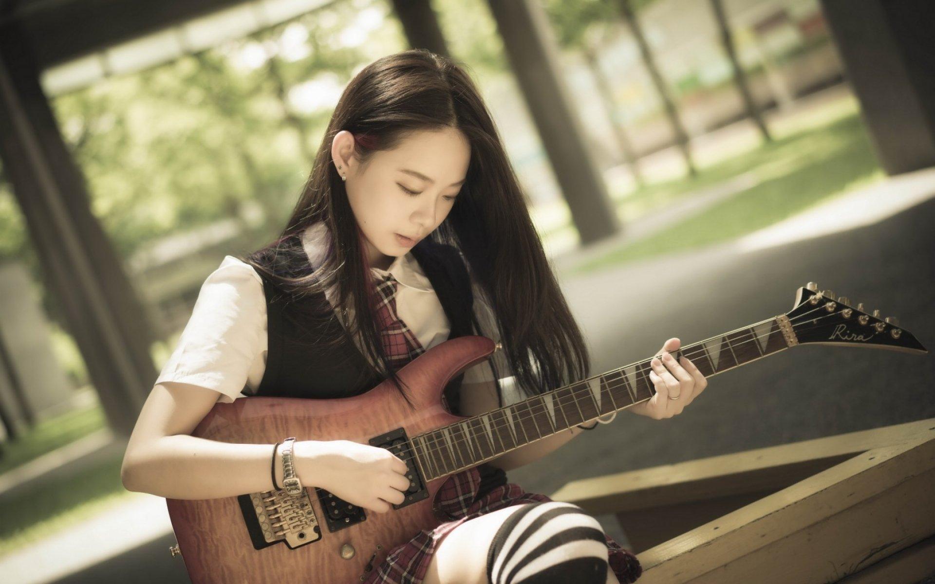 Азиатка с гитарой  № 465984 загрузить